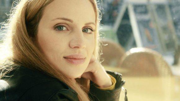 Kreuzberger Sonne im Gesicht: Schauspielerin Nora Huetz.