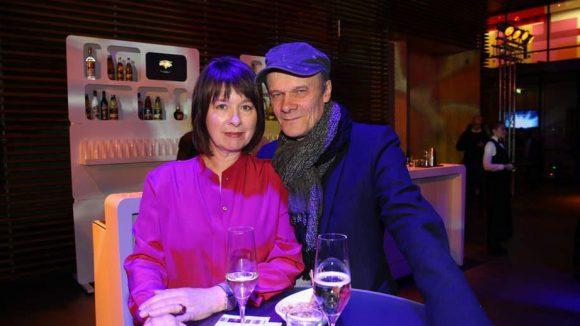 """Sekt oder Selters? Franziska Walser und Edgar Selge sind seit rund 30 Jahren verheiratet und demnächst zusammen im Film """"Bach in Brazil"""" zu sehen."""