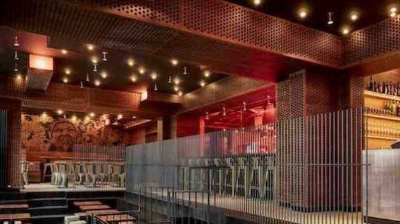 Steinern, hölzern und in Rotlicht getaucht: Das NU Eats Kitchen Clubrestaurant in der Rosenthaler Straße.