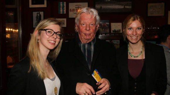 Von jungen PR-Damen umgeben: Johannes Graf von Sauram, Vater des Geschäftsführers.