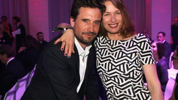 Schauspieler Oliver Mommsen mit seiner Frau Nicola. Er war an diesem Abend auch als Laudator tätig und überreichteFreya Oehle denVictress Digital Award.