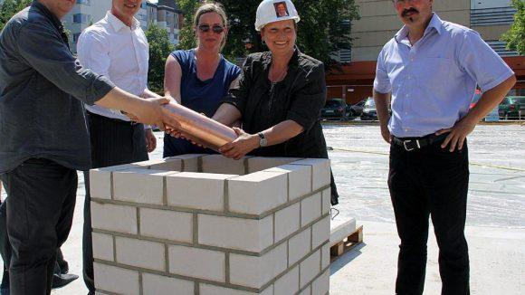 Die Grundsteinlegung mit Jugendstadträtin Sabine Smentek (weißer Helm).