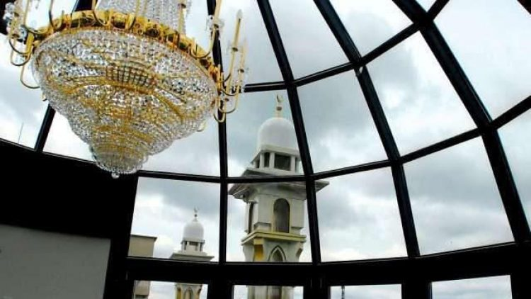 In der Glaskuppel der Moschee