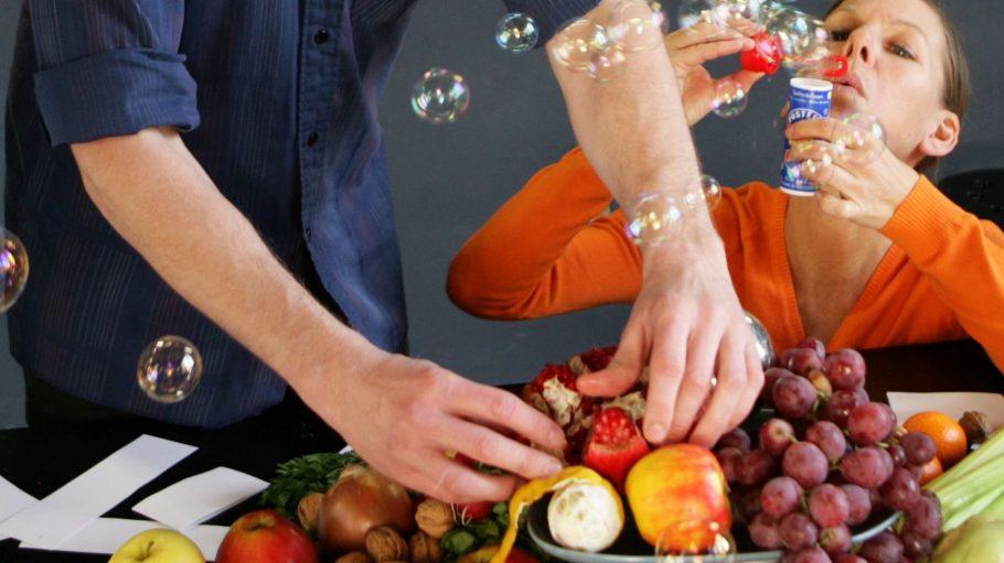 """Was haben Lebensmittel und Seifenblasen mit unserem Wesen zu tun? Das kannst du in der Performance """"New Work"""" herausfinden."""