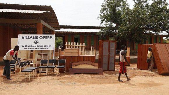 Christoph Schlingensief initiierte in Burkina-Faso ein sogenanntes Operndorf. Hier ein Bild des Aufbaus 2011.