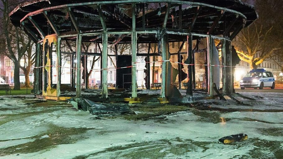 """Die Kunstinstallation """"Haus der 28 Türen"""" war dem Schicksal von Flüchtlingen gewidmet und diente auch als Veranstaltungsort. In der Nacht zu Dienstag brannte sie aus."""