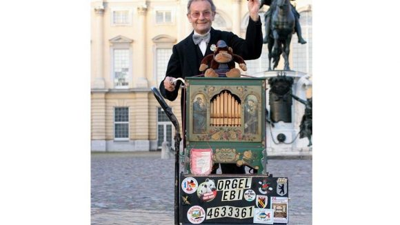 """So kennen die Berliner """"ihren"""" Orgel-Ebi."""
