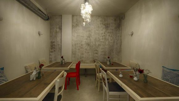 Teppiche an der Wand drücken Traditionalität aus. In ihrer bemalten Form sehen sie aber doch eher nach Berlin-Style aus.
