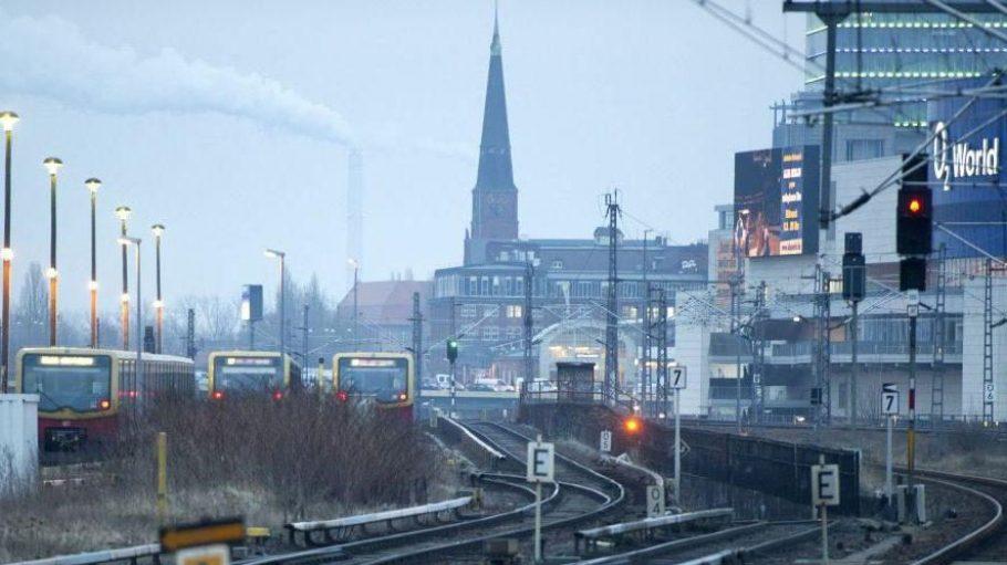 Die Gleise vor dem Ostbahnhof in Friedrichshain.