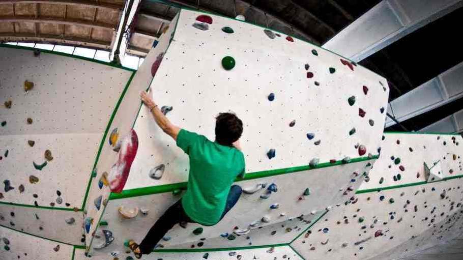 Kraft, Ausdauer und Geschicklichkeit sind beim Bouldern gefragt.