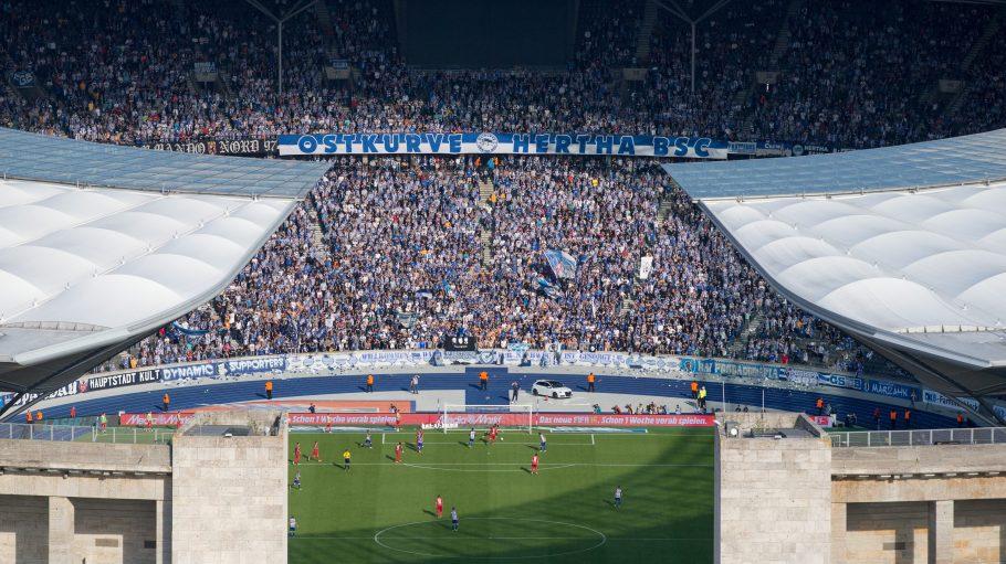 Ein Blick auf Herthas Fans aus der Ostkurve im Olympiastadion in Berlin.