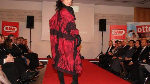 ... schwarz-rote Mäntel von Luba Moden ...