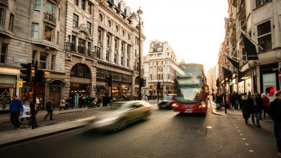 Die Oxford Street in London ist ein Einkaufsparadies für Fashonistas. Exklusive Modeläden aus England gibt's aber auch in Berlin.