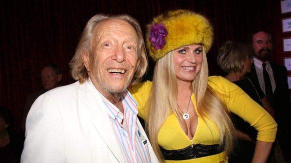 Ganz nach seinem Geschmack? 'Playboy' Rolf Eden neben TV Berlin-Moderatorin Mascha von Rascha im Bienen-Look.
