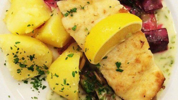 Freitag ist Fischtag. An den anderen Wochentagen bekommst du im Palladin wahlweise Schnitzel, Bauernfrühstück oder auch Salat.