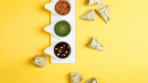 Farbenfreude aufm Teller: Die Mini-Papadams werden zu drei hausgemachten Chutneys, Tamarinde, Minze und Melonensamen gereicht.