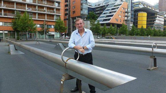 """Bernd Siggelkow, Gründer der """"Arche"""", vor den Hindernissen in der Gabriele-Tergit-Promenade."""