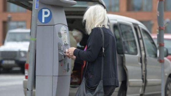Eine Frau zieht einen Parkschein in Mitte. Das wird demnächst auch in weiten Teilen Prenzlauer Bergs nötig sein, wo neue Parkzonen eingerichtet werden.
