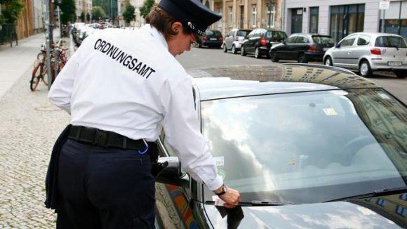 Die meisten Parkverstöße in Berlin betrafen Autos, die ohne Parkschein oder zu lange abgestellt waren. Aber auch Behindertenplätze, Gehwege und Radspuren werden massenhaft blockiert.