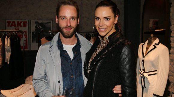 Gleich nebenan bei einer Party von Sisley traf man unter anderem auf Sky-Moderatorin Esther Sedlaczek mit Schauspieler Thilo Stracke ...