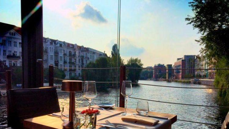 Von den schönsten Plätzen auf dem Restaurantschiff Patio am Helgoländer Ufer hat man die Spree voll im Blick.