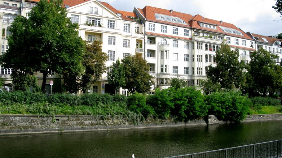 Grün und am Wasser: das Paul-Lincke-Ufer in Kreuzberg