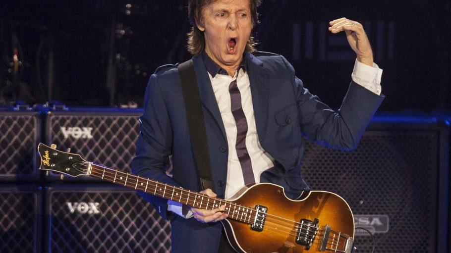 Ja, er lebt noch! Und wie. Heute Abend performt Ex-Beatle Paul McCartney solo auf der Waldbühne.