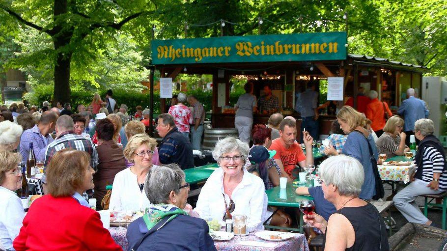 Tischlein, deck dich. Am Pavillon auf dem Rüdesheimer Platz gibt's den Wein, das Essen kommt aus dem Picknickkorb.