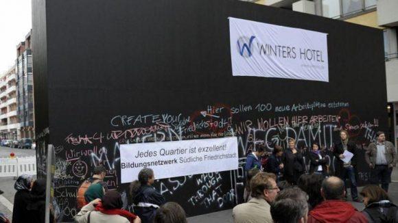 Die Peace Wall an der Friedrichstraße von der mazedonischen Künstlerin Nada Prlja