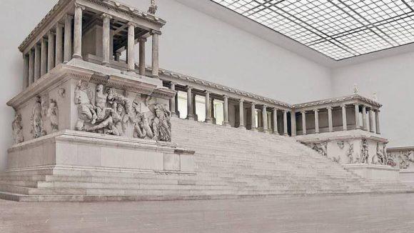 Geschichtsträchtig. Der Pergamonaltar im ausnahmsweise menschenleeren Saal. Mit 1,26 Millionen Besuchern 2013 ist das Pergamonmuseum das beliebteste Berliner Ausstellungshaus.