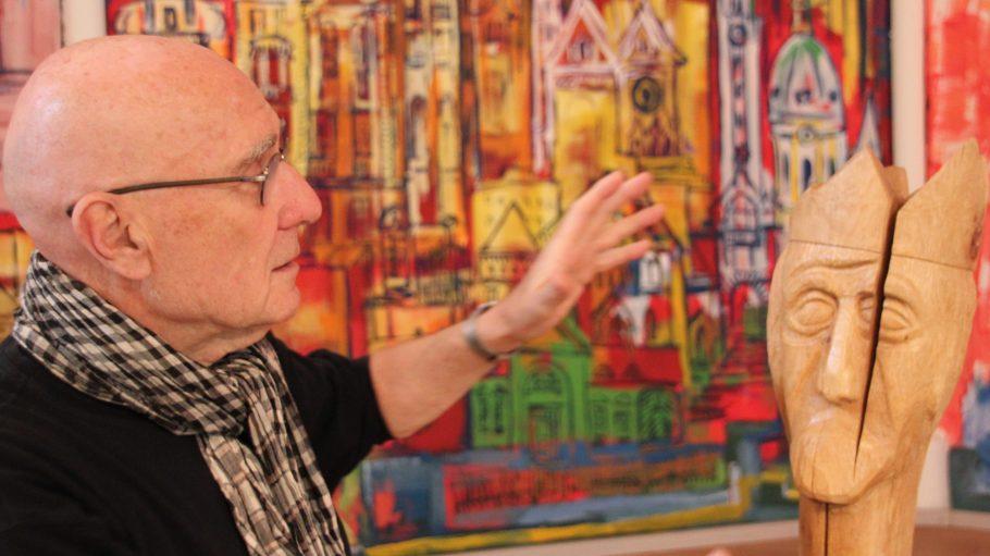 Der Künstler Peter Birkholz stellt seine Holzskulpturen gerade in der Charlottenburger Friedenskirche aus.