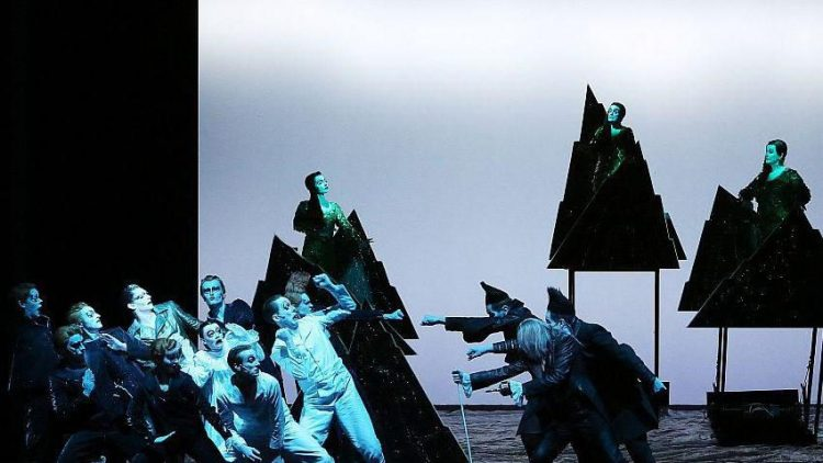 Peter Pan, die Lost Boys und die Darling-Geschwister stehen Captain Hook und seinen Piraten gegenüber. Beobachterinnen im Hintergrund: die drei Nixen.