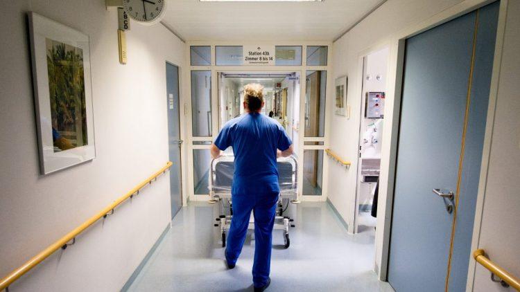 An vielen deutschen Krankehäusern fehlt es an Pflegepersonal. An der Charité wird nun tariflich eine Mindestbesetzung auf den Stationen gesichert.