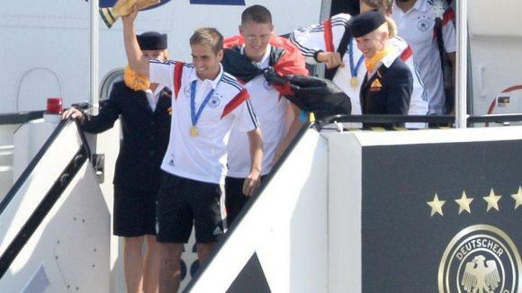 Landung mit Verspätung in Tegel. Philipp Lahm stieg als erster aus der Maschine - den WM-Pokal in der Hand.