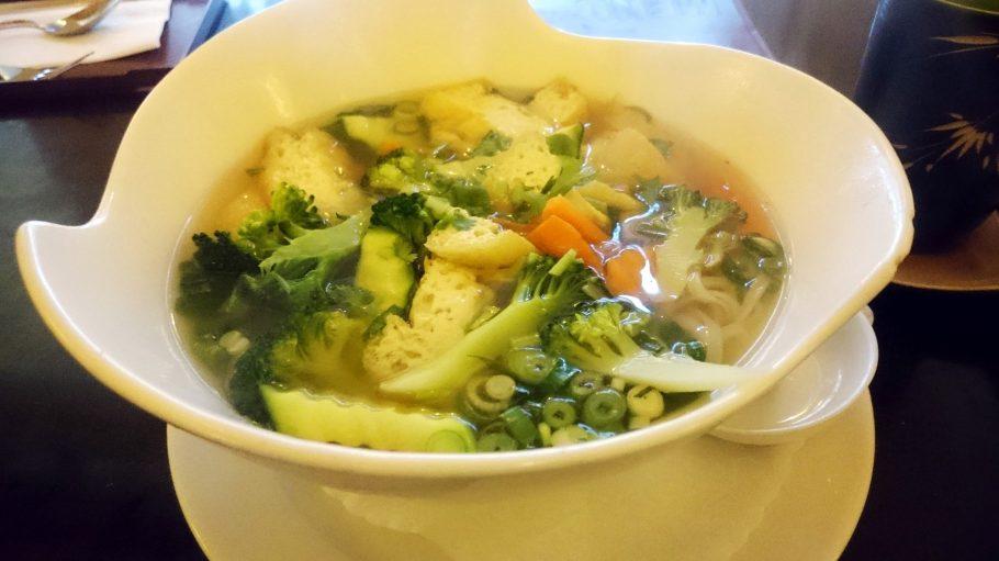 In der Garküche in Friedrichshain wird nicht nur die Suppe mit ganz viel frischem Gemüse serviert.