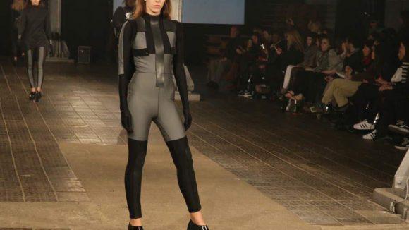 Schwarz ist das neue Schwarz. Designerin und Labelgründerin (HectorHector) Phoebe Heess, die in der Vergangenheit mit Modegrößen wie Limi Feu Tokyo und House of Holland zusammenarbeitete, präsentierte bei der Alternative Fashion Week ihre erst zweite Solo-Kollektion.