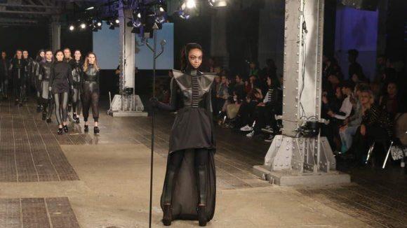 Dunkel und teilweise sogar ein wenig wie aus einem Science Fiction-Film muten die Kleider von Heess an.