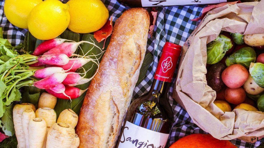 Lust auf Picknick, weil die Sonne lacht, aber du so gar keine Lust auf selber packen hast? Kein Problem! Wir wissen, wo du einen fertig gepackten Picknickkorb bekommst.