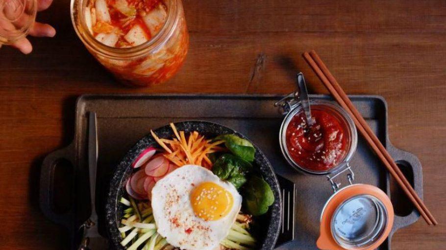 """Diese koreanische Köstlichkeit gibt es im """"Pig & Tiger"""" im Schillerkiez. Aber in Neukölln kannst du auch Vietnamesisch oder Japanisch essen."""