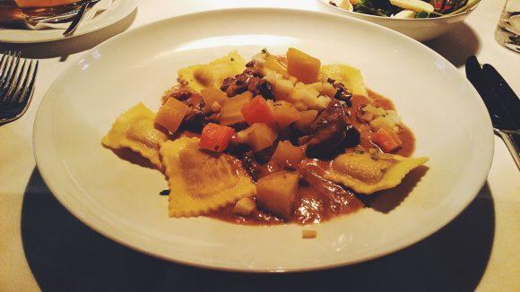 Herbstlich deftig: Filetgeschnetzeltes mit Pilzravioli und Wurzelgemüse.