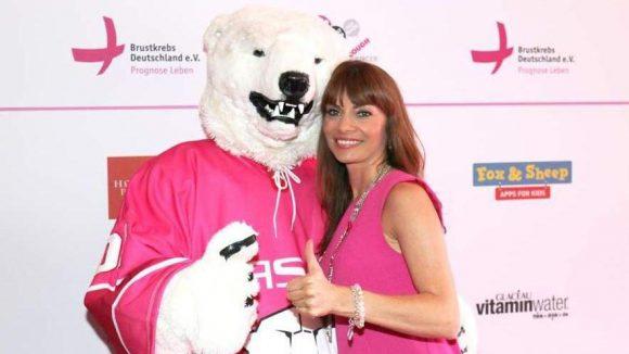 Auch beim Pink Ball Berlin wurden am Sonnabend Spenden für den guten Zweck gesammelt, nämlich für das Engagement gegen Brustkrebs. Model und Moderatorin Jean Bork (rechts im Bild) hat das Event zusammen mit Sophie power und Antje koch organisiert. ...