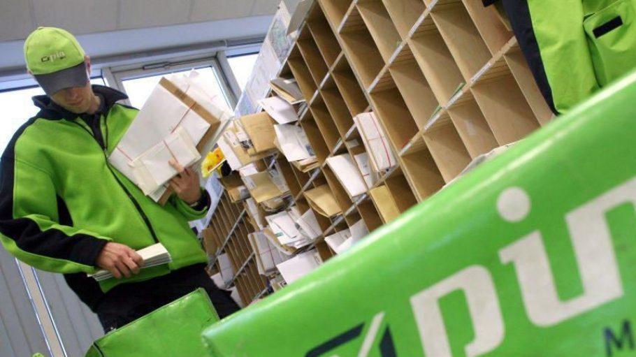 Ein Zusteller bei der PIN Mail AG, einem Berliner Konkurrenten der Deutschen Post, sortiert seine Briefe.