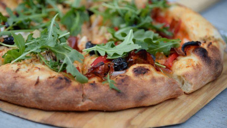 Knusprig wie sie sein sollte: italienische Pizza