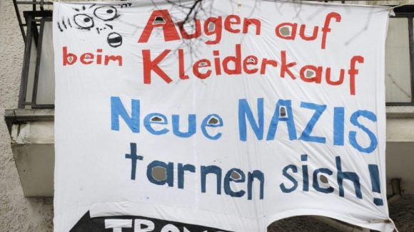 Seit der Eröffnung 2009 wehren sich Anwohner, Gewerbetreibende und antifaschistische Gruppen gegen den Friedrichshainer Neonazi-Laden.