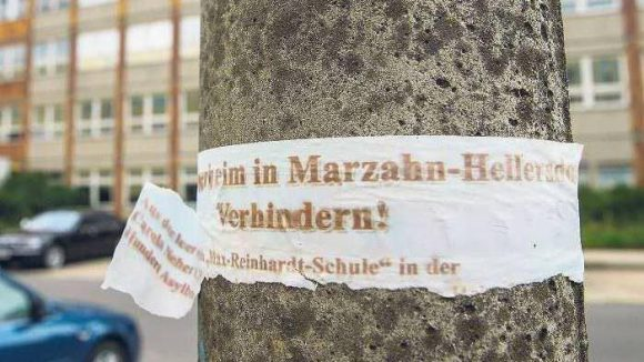 """Plakativer Protest. Mit diesem Plakat """"Asylbewerberheim in Marzahn-Hellersdorf verhindern!"""" wird Stimmung gemacht."""