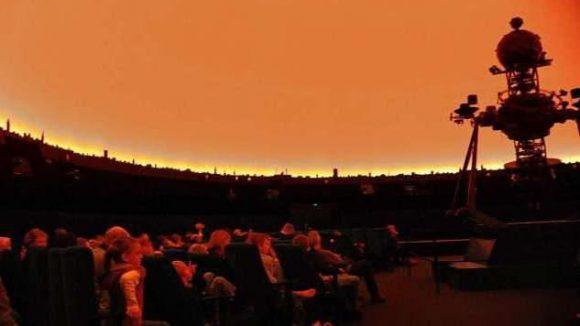 Gespannte Aufmerksamkeit im Planetarium am Insulaner
