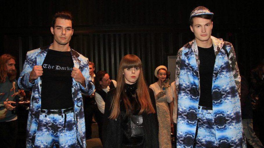 Designerin Isabel Stasinski beim Live Networking for Fashion and Art Event in der Platoon Kunsthalle zwischen zwei ihrer Models.