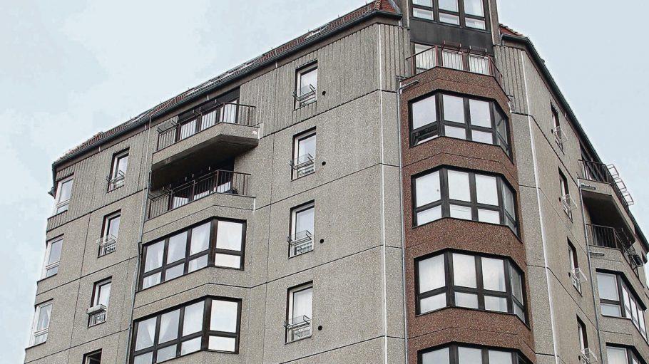 Edelbeton. Erst Ende der 80er Jahre wurden die Wohnblöcke direkt an der Mauer gebaut, 1992 wurde der letzte fertig. Prominente Mieter zogen ein.