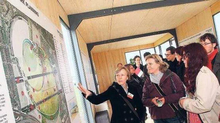 Im Info-Pavillon können sich Interessierte seit Sonntag über die Zukunft des Tempelhofer Feldes informieren. Auch Kritiker nutzen die Gelegenheit.