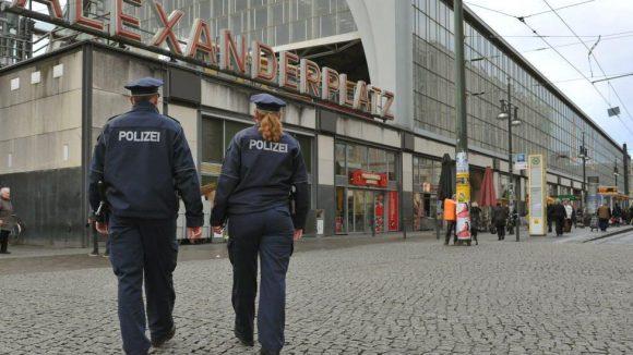 Trotz Polizeipräsenz kommt es am Alexanderplatz zu schlimmen Vorfällen - vor allem nachts.